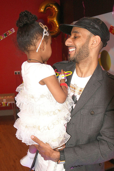 swizz beatz takes kids to uk to celebrate daughter�s